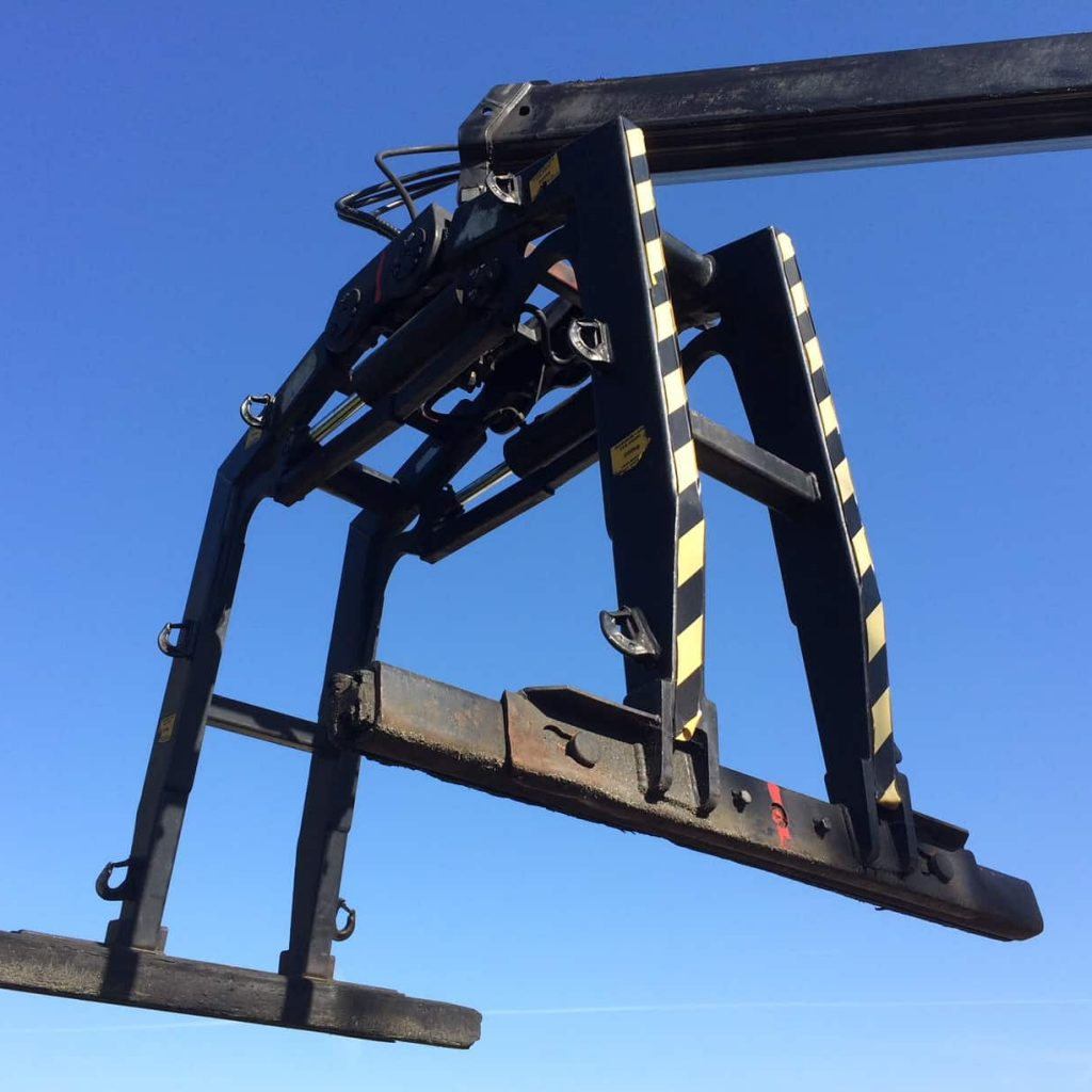 Lorry loader brick grab